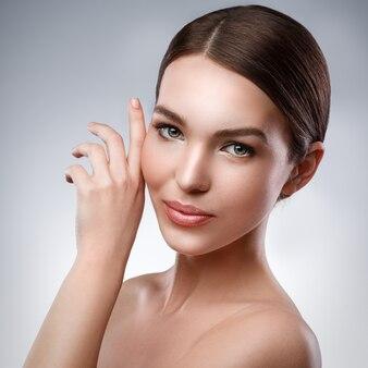 Mujer joven con cara bonita y piel suave