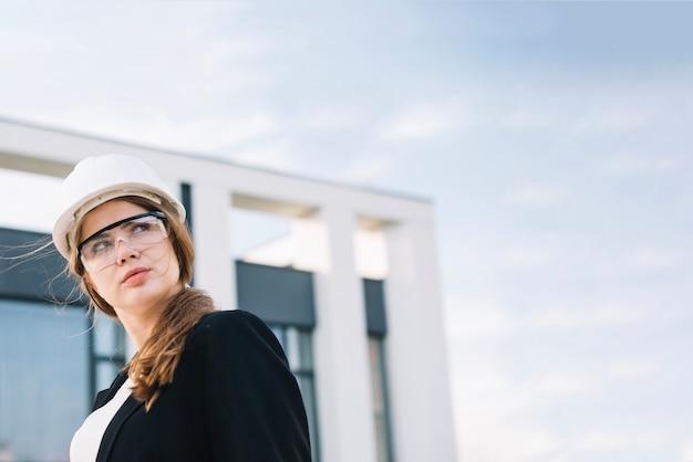 Mujer joven en casco