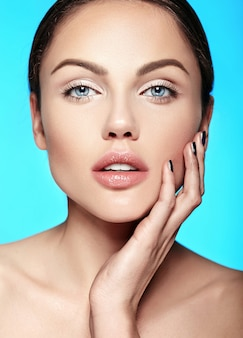 Mujer joven caucásica con maquillaje nude en azul