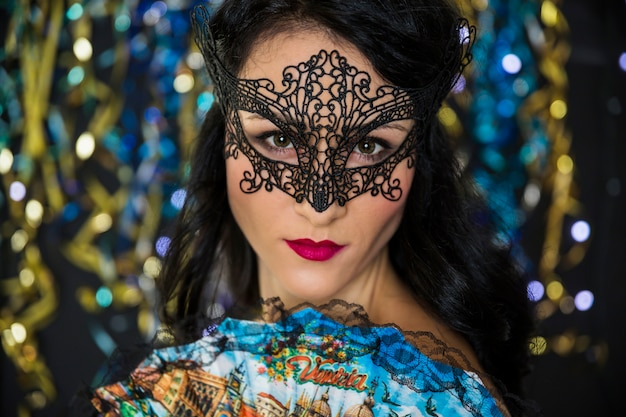 Mujer joven celebrando el carnaval de venecia