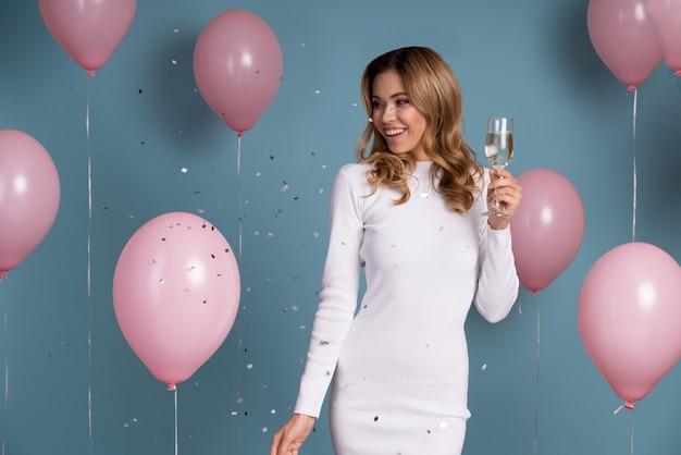 Mujer joven celebrando en una fiesta de cumpleaños