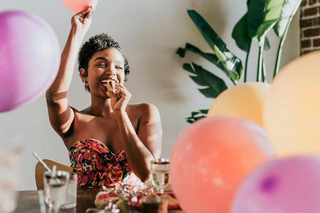 Una mujer joven celebrando en una fiesta.