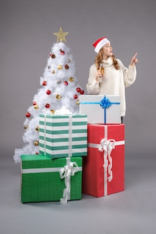 Mujer joven, celebrar, navidad, en, gris