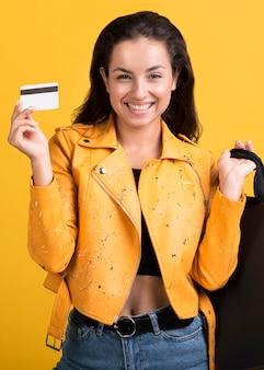 Mujer joven en chaqueta de cuero amarilla