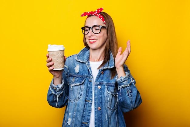 Mujer joven con chaqueta vaquera, diadema y gafas se ve