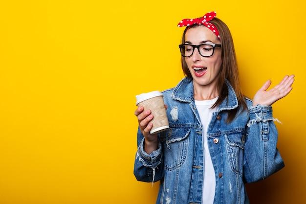 Mujer joven en chaqueta vaquera, diadema y gafas