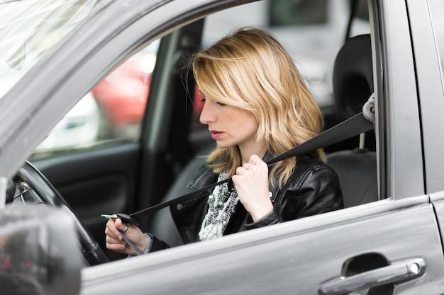 Mujer joven cierre cinturón de seguridad