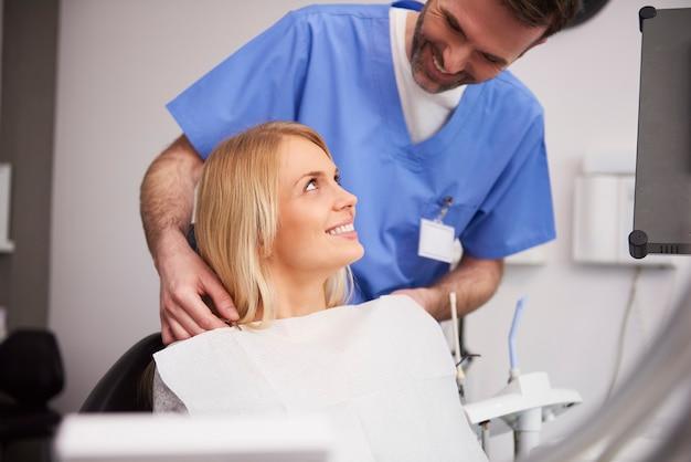 Mujer joven durante la cita dental