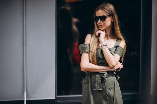 Mujer joven en la ciudad con traje de verano