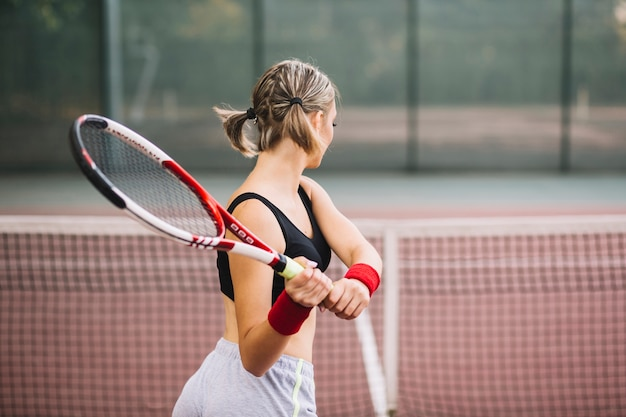 Mujer joven clase de entrenamiento para tenis