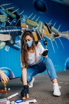Mujer joven, clasificación, basura