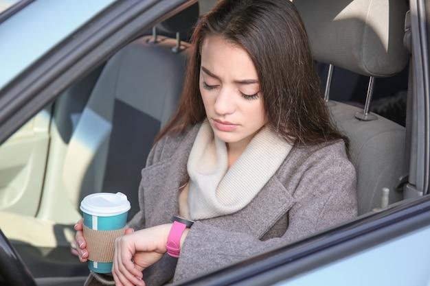 Mujer joven en coche durante el atasco de tráfico