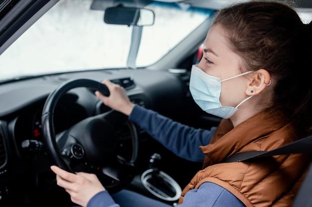 Mujer joven, en coche, conducción