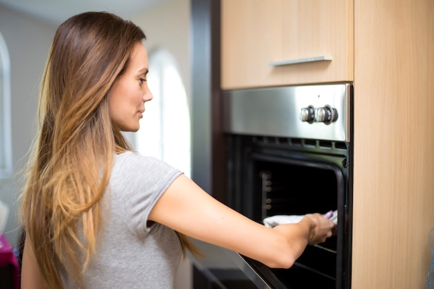 Mujer joven en la cocina