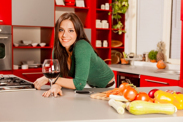 Mujer joven, en la cocina