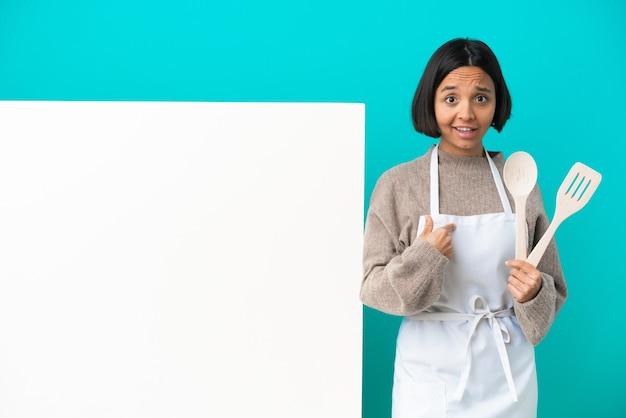 Mujer joven cocinera de raza mixta con un gran cartel aislado estrecharme la mano para cerrar un buen trato