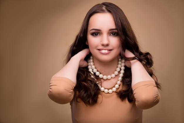 Mujer joven con collar de perlas
