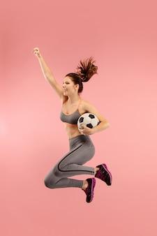 Mujer joven, como, fútbol, jugador del balompié, saltar