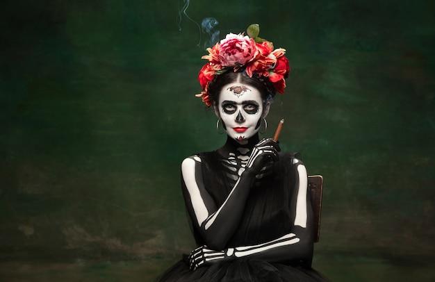 Mujer joven como santa muerte santa muerte
