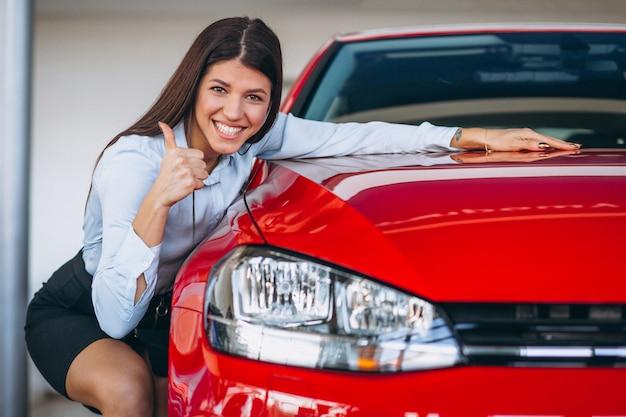 Mujer joven, compra, un, coche