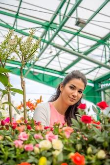Mujer joven comprando flores