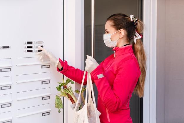 Mujer joven comprando víveres para personas en cuarentena covid-19