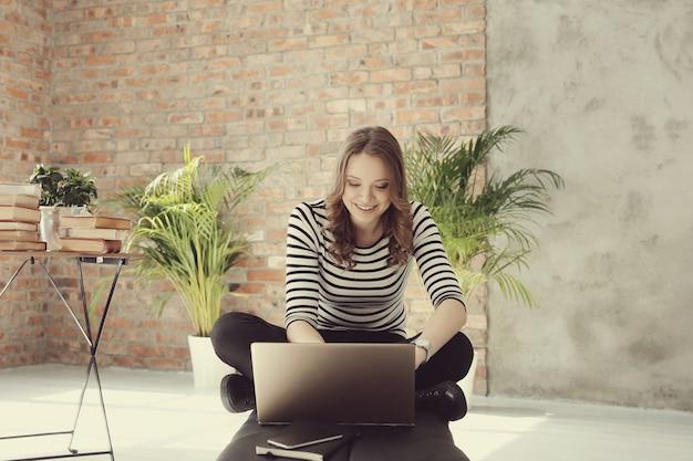 Mujer joven con computadora portátil pc