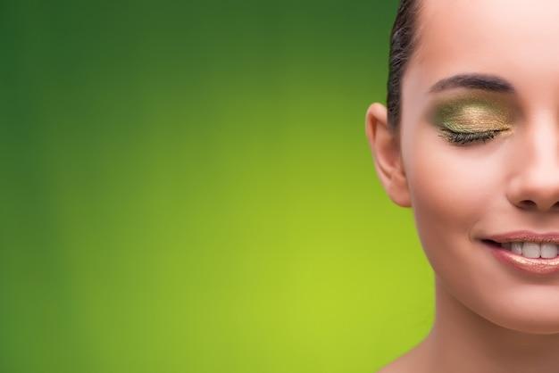 Mujer joven en concepto de belleza en verde