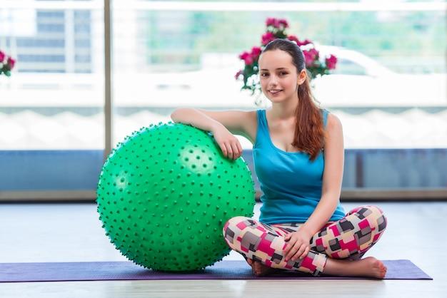 Mujer joven en concepto de deporte