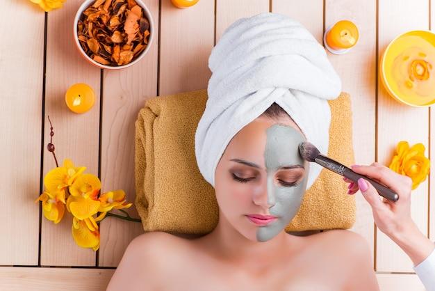Mujer joven en concepto de salud spa
