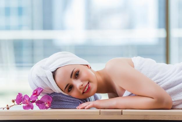 Mujer joven en concepto de spa