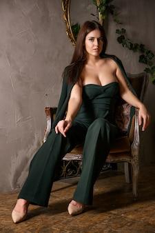 Mujer joven confiada atractiva hermosa en la presentación del traje