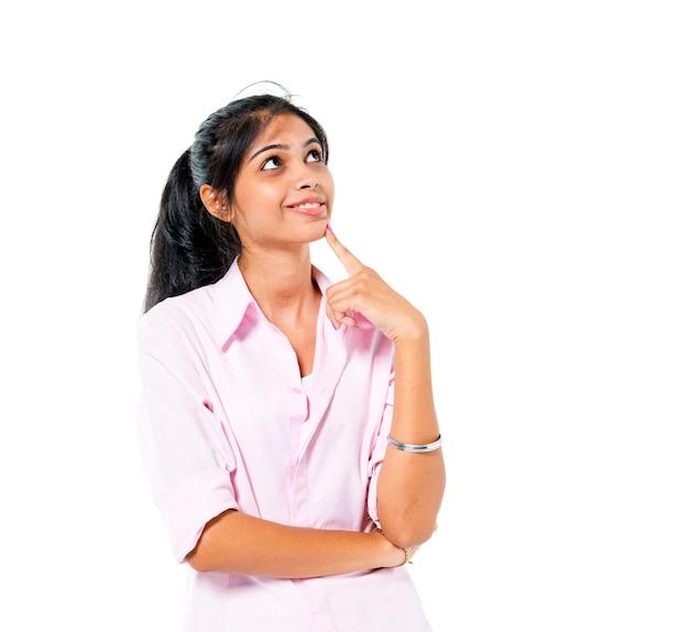 Mujer joven confiada que se coloca y que contempla