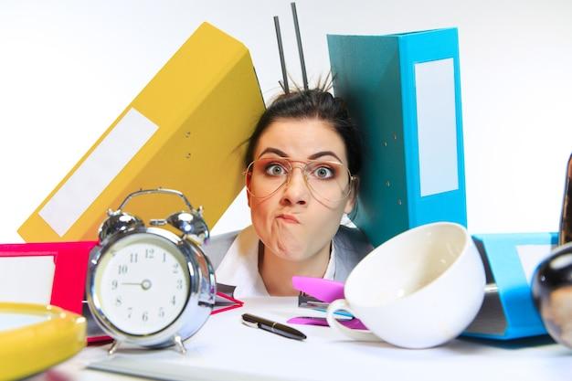 Mujer joven consiguiendo mucho trabajo y fecha límite