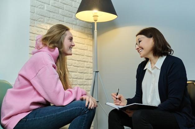 Mujer joven en consulta con psicólogo especialista