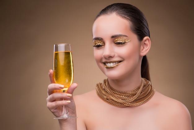 Mujer joven con copa de champán