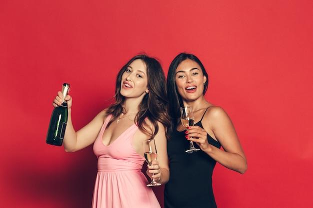 Mujer joven con copas de champán en la celebración