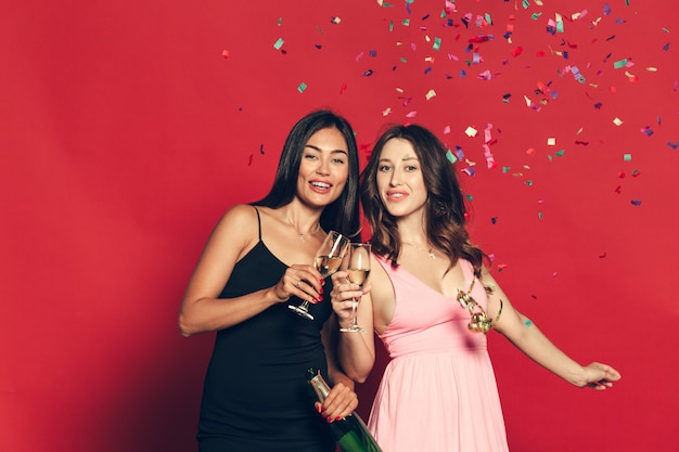 Mujer joven con copas de champán en celebración