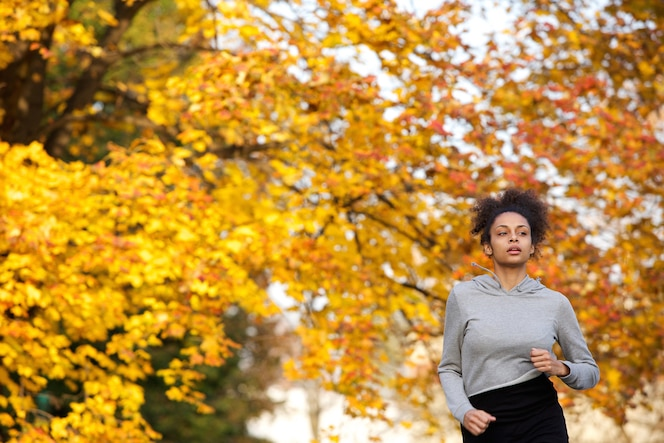 Mujer joven correr al aire libre en el parque