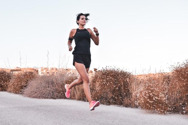 Mujer joven corriendo en la calle