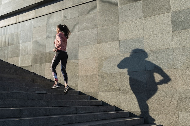 Mujer joven, corriente, en las escaleras