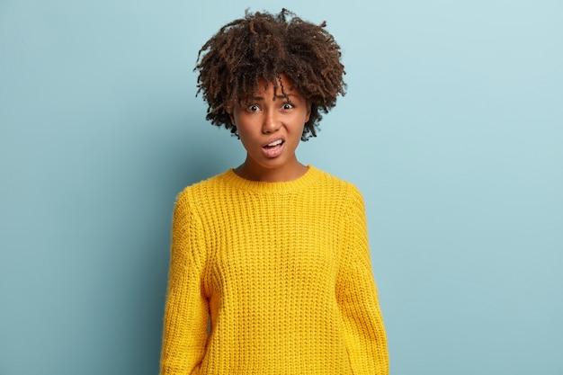 Mujer joven, con, corte de pelo afro, llevando, suéter