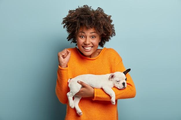 Mujer joven, con, corte de pelo afro, tenencia, perrito