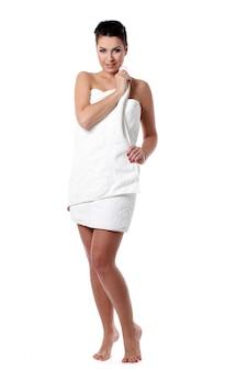 Mujer joven con corte de pelo corto en toalla