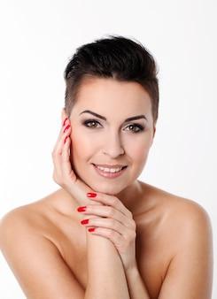 Mujer joven con corte de pelo y maquillaje de noche