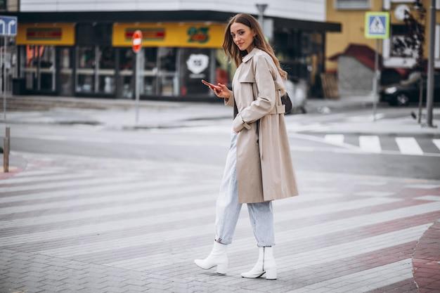 Mujer joven en el cruce de peatones en el centro de la ciudad