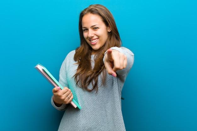 Mujer joven con un cuaderno