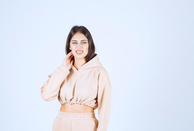 Mujer joven dando poses bonitas y neutrales