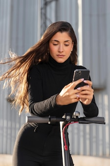 Mujer joven, dar un paseo, con, un, scooter