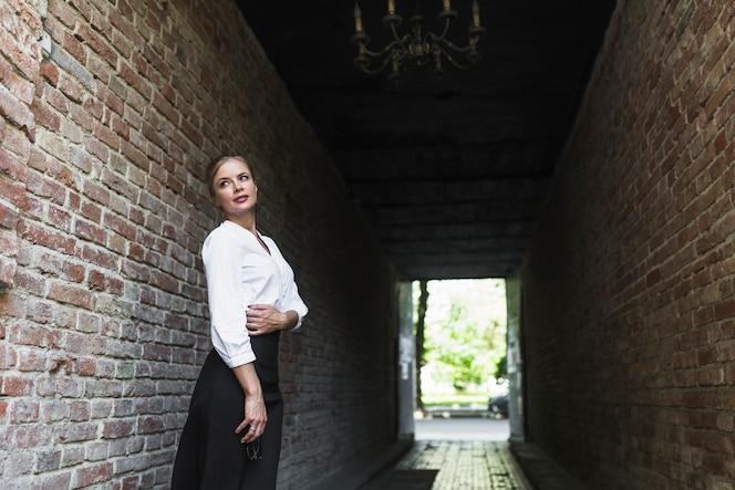 Mujer joven de pie en el túnel